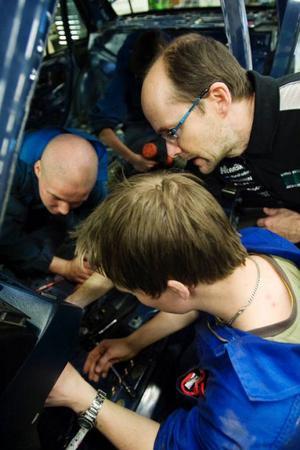 Christian Hamberg från Valla och Alexander Axelsson från Hammarstrand får lite tipsi demonteringsarbetet av läraren Bertil Engkvist.