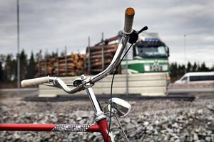 Den nyanlagda rondellen på riksväg 84 utanför Hudiksvall, vid bron som går över den nya E 4-motorvägen, skapar oro hos cyklister.