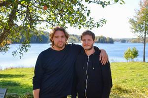 Regissörerna och manusförfattarna John Hellberg och Bernhard Rasmusson uppskattar omgivningen runt huset.