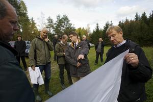 Miljödomstolen är ute på miljösyn i Varsvik utanför Hallstavik. År 2010 fick Viking Raceway tillstånd att bygga dragracingbana i området. Nu har Holmen ändrat sitt beslut att avsätta marken till bolaget.