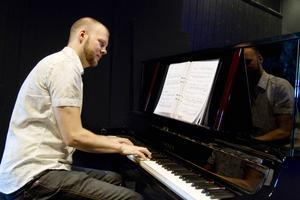 Stefan B Nilsson sitter vid pianot.