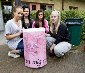 MATA MIG TACK. Emelie Karlsson, Frida Mattsson, Hanna Kurvinen och Rebecka Eriksson på Källmursskolan i Bomhus har tillsammans designat det här bidraget, ett rosa troll som vill att du ska mata soptunnan.