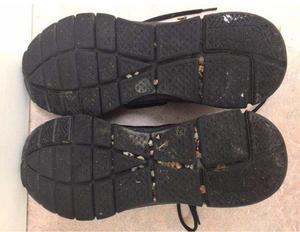 25-åringens skor fotades av i samband med att han togs in för ringa narkotikabrott.