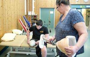 William Tjärnberg Forslund tränar på sjukgymnastiken Sundsvalls sjukhus. Mamma Tina Tjärnberg Forslund hjälper till med protesen,