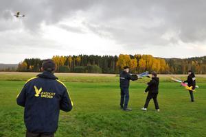 Full fart på Södra Dalarnas Radioflygklubbs veckoträff i Ljusterängarna. Ulf Höglin är redan i luften, Erik Persson och André Romsi ska precis starta sitt plan och Jesper Hellström Östling laddar också för start.