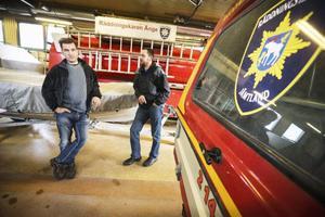 Stefan Simonsson och Lars Johansson blir förvånande när de får höra hur många deltidsbrandmän som har valt att hoppa av.