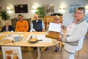Fyrmannajuryn som valde ut den kaka som ska serveras i Äppelparkens restaurang: Anna-Lisa Eriksson, Bertil Norrman, kock på Äppelparken, Rune Levin och Mona Johansson, måltidschef. Längst till höger en av de tävlande: Maria-Helena Larsson.