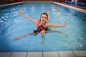 Kalls skola har en egen simbassäng nere i källaren. En dag i veckan är förskolan där och simmar, en dag är skolan där. I dag är det skolans tur, och Sally Marti Ashley och Elinor Tyrebo passar på att ta ett sista dopp. Sally Marti Ashley och hennes familj har flyttat till Kall från Nederländerna.