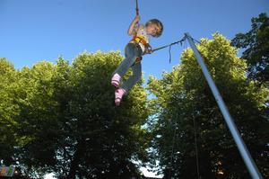 Hopp. Utanför rådhuset bjöds på tivoli. Ylva Karlsson, 6 år, hoppade högt av glädje. Hon kommer från Karlskoga och bor med sina föräldrar på campingen i Säter. Foto:Berndt Norberg