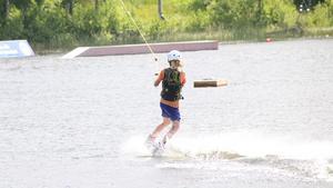 14-åriga Albin lärde sig snabbt stå kvar på wakeboarden.