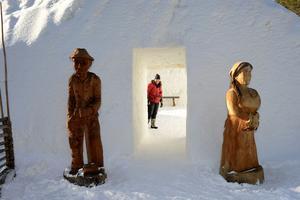 Älvdalens utbildningscentrums Marit Norin välkomnar i snöbygget.