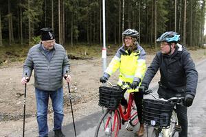Håkan Svensson, Skeppmorabo i närmare 50 år, fick en pratstund med Birgitta Johnson från Trafikverket och kommunalrådet Leif Pettersson (S).