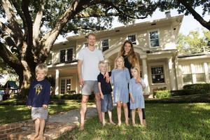 Familjen Strålman hälsar välkomna till sitt paradis i Florida. Från vänster Leo, 3 år, pappa Anton, Lowve 6, Liv 8, mamma Johanna och Bella 4.