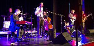 Förutom Lucas Stark, som stod för sången, medverkade Bernt Andersson, dragspel, munspel och piano, Daniel Wejdin, kontrabas, Peter Gran, elgitarr och banjo, Mårten Magnefors, trummor och Marcus Svensson slidegitarr, elgitarr och dobro.