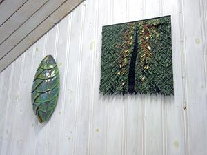 Skarabé av Lena Andersson till vänster, textilobjekt av Anita Svahn till höger.
