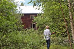 Bibbi går runt på den nu igenvuxna tomten och minns sin uppväxt från huset.