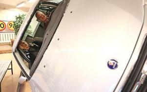 Anders Linder och Lars Nord passar på att prova hur det känns när bilen rullar runt. Men en knapptryckning kan instruktören Hans Moberg ta runt bilen. Foto: Johnny Fredborg