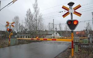 Väntan kan bli lång vid järnvägsövergången eftersom bommarna är fällda under tiden som tågen står stilla på stationen. Foto: Rolf Sundblad/DT