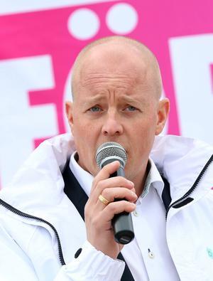 Björn Söder (SD) var i går på torget i Sveg där han talade med kyrkklockorna ljud i bakgrunden.