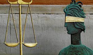 Ifrågasatt. Rättvisan, här representerad av Fru Justitia, kan begå misstag. Bör det bli lättare att få resning?foto: scanpix