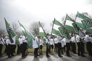 Bild från Nordiska motståndsrörelsens demonstration i Borlänge 1 maj 2016.