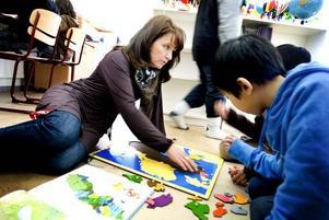 Läraren Monia Löhman hjälper till med geografin.