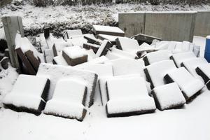 På kyrkogården i Ljusdal plockas cirka 30 gravstenar bort varje år, men få återvinns.