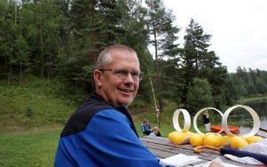 Hans Sundgren, ordförande i IK Segro, prickade av deltagarna vid simskolans första träff.