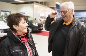 Ingrid Andersson och Hans Andersson går runt på seniordagen och tittar om det finns något spännande.