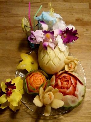 Frukt- och grönsakskarvning är ett gammalt thailändsk hantverk som kräver koncentration, självkontroll och noggrannhet. Tarin tycker att det är en rogivande hobby.