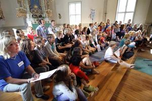 Från sju till femton år är deltagarna vid körlägret i Järnboås. Oftast övar de gruppvis, men här sjunger alla tillsammans.