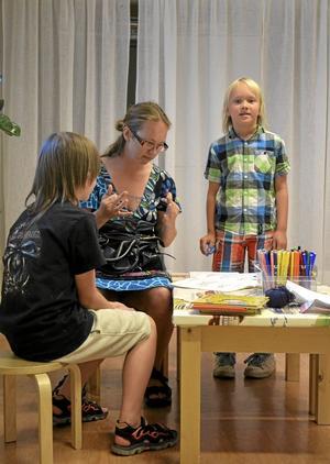 Pysslar. Julian, 10, Cecilia och Florian , 8, Vannergård är på besök från Enköping. Foto: Linda Wall