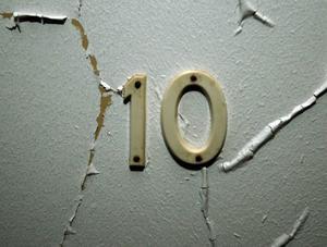 På dörrarna står rumsnumret kvar.