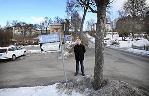 """Att leda in ambulanstrafik på smala lokalgator och genom ett villaområde är en helt ogenomtänkt idé"""", anser Peter Söderlund som bor i anslutning till den nya tänkta akutintaget."""