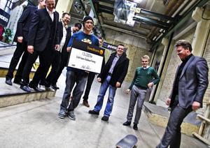 Söderhamns skateboardförening tog emot 15 000 kronor av Round Table.