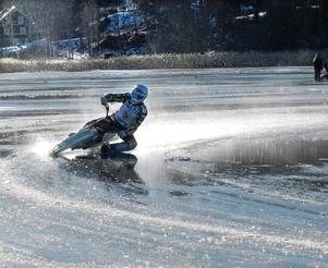 Isracingföraren Jonas Andersson blötte ner sig ordentligt på den vattenfyllda isen.