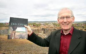Daniels Sven Olsson beskriver vad gruvdriften betytt för trakten. I dag grönskar det runt gruvhålet men det fanns en tid när trakten var fyllt av svavelrök och området runt gruvan var kalt, utan växtlighet. FOTO: CURT KVICKER