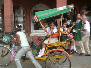 När jag var i Indien för 3 veckor sedan såg jag denna skolskjuts med glada barn i Delhi.