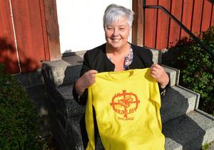 Tröjan som Ula Rönnols visar hade Humlans representanter när man åkte iväg på sammankomster utanför Borlänge.