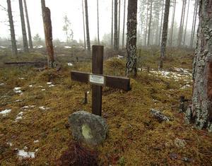 Här, i utkanten av Rengsjö, avrättades Anders Olsson år 1832. Minnesmärket och graven plockades bort förra året, eftersom Skanska ville utvidga en bergtäckt. Kvarlevorna är numera begravda i vigd jord.