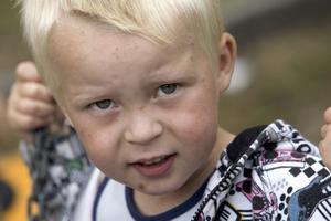 Känslig. Albin Grankvist, 3 år, på förskolan Lingonbacken är känslig för myggen. När han blir biten svullnar det upp och kliar. Men om han gungar fort hinner inte myggen sätta sig.