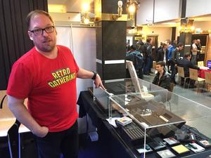 Michael Berglund visar oss runt bland sina Atarimaskiner. De mest värdefulla är innanför larmat glas.