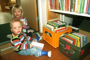 Biblioteksbesökare kunde köpa en kasse utsorterade äldre böcker för tio kronor. Ester Östberg, 6 år och Ozzy Östby Bjurling, 1.5 år fyndade friskt!