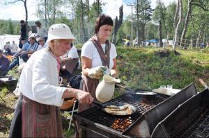 Gunilla Krusell och Annelie Myhr från Bruksvallarnas byalag stekte kolbullar på löpande band.