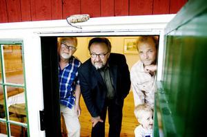 Eilert Andersson, Göran Strandow och Anders Persson med sonen Edwin ser framemot en sommar med många besökare i konstgalleriet.
