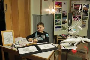 Unge Filip Sjöstedt visar stolt upp sina skapelser.