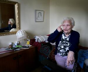 Pigg. Jag har krämpor - för jag är ju 89 år - men jag är fortfarande pigg här uppe! Kan man vara för gammal för att få remiss till en specialist, undrar Dagmar. Foto:Thomas Isaksson