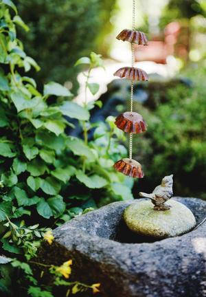 Ett orginellt hemmabygge leder regnvatten ner i dammen. Överallt finns små överraskningar att vila ögonen på.