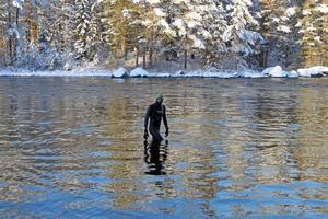 Utan tvekan klev Tord Hederskog ut i det nollgradiga vattnet.