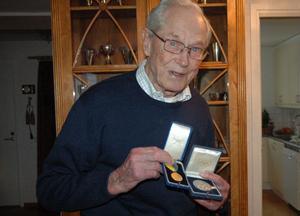Två medaljer Claes Egnell verkligen är stolt över - svenska dagbladet bragdmedalj 1945 samt OS-silvret i lag i Modern Femkamp från OS i Helsingfors 1952. Men Claes prisskåp är fyllt av pokaler, medaljer och utmärkelser. Foto:Lars-Erik Måg